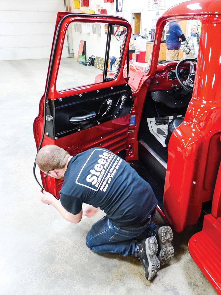 009-door-seals-installation-truck